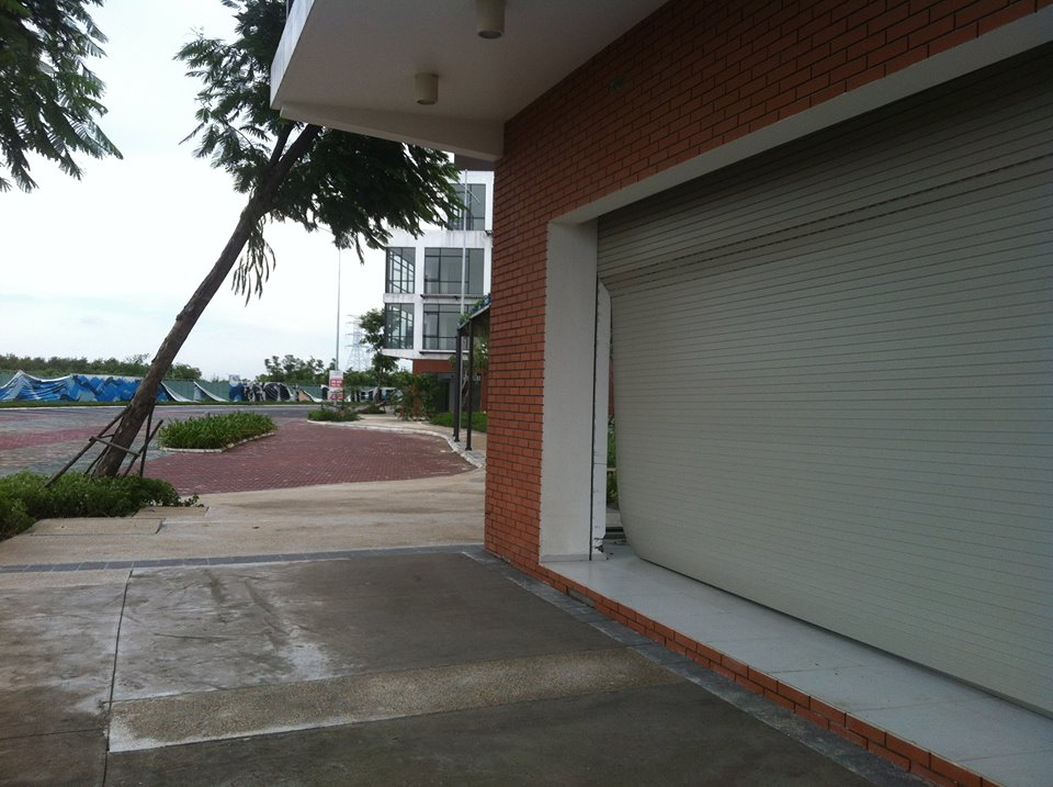 Phòng tránh cửa cuốn bị hư trong mùa mưa bão